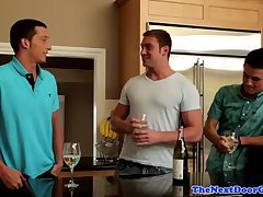 Muscular studs in tantalizing threesome
