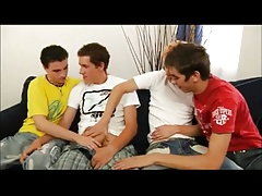 Vier auf blauem Sofa