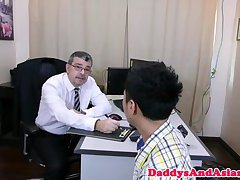 Office dilf cocksucked in pinoy threesome