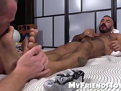 Muscled men Red and Alessio get horny as they suck toes