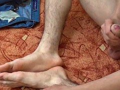Twinks Hung eryk plays with his feet and big cock