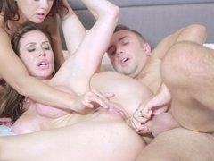 Practiced MILF and stacked babe have wild threesome with familiar guy