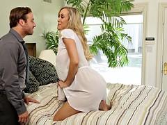 Cheating cougar Brandi Love juggles two cocks
