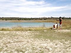 Paseando al perro por el lago.