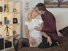 Dormitorio, Rubia, Lencería, Madres para coger, Coño, Montar, Afeitado, Medias largas