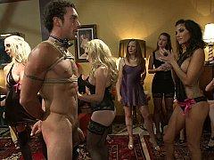 Блондинки, Брюнетки, Одетые девушки голые парни, Доминирование, Голландки, Женщины, Властные, На публике