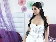 Hot brunette poses elegantly for the cam