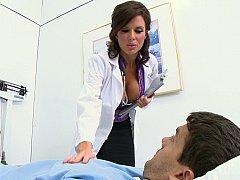 Gros seins, Sucer une bite, Brunette brune, Plantureuse, Médecin, Infirmière, Jarretelles, Uniforme