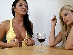 Блондинки, Платье, Европейки, Две девушки, Группа, Венгерки, Курящие, Втроем