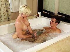 Américain, Salle de bains, Poilue, Massage, Huilée, Cheveux courts, Tatouage, Mouillée