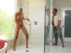 Round ass girl Aaliyah Hadid fucks in the shower