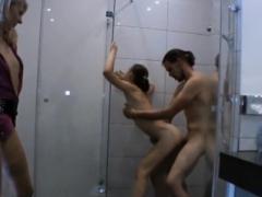 Erst die Tochter dann die Mutter unter der Dusche gefickt