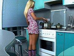 お尻, ブロンド, カワイイ, ドレス, キッチン, オナニー, 一人, スカートのぞき