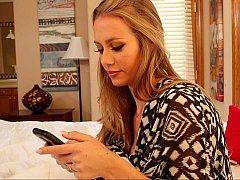 Horny-texting wife invites her boyfriend
