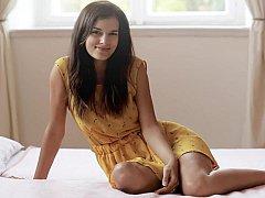 18 ans, Brunette brune, Mignonne, Chatte, Timide, Maigrichonne, Se déshabiller, Allumeuse