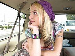 Blondine, Auto, Süss, Aufs gesicht abspritzen, Realität, Dürr, Jungendliche (18+), Titten