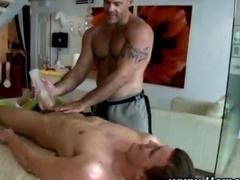 Girl/fella fella gets a massage and also hand also job from homosexual hunk