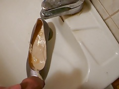 Piss in wifes grey classic pump
