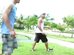 Muscular gay trolling for blowjobs