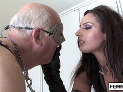 Brit dominatrix whips ruthlessly ultra-kinky gimp