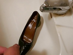 Piss in wifes pointy classic pump
